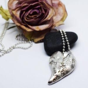silverhjärta med sten och ros