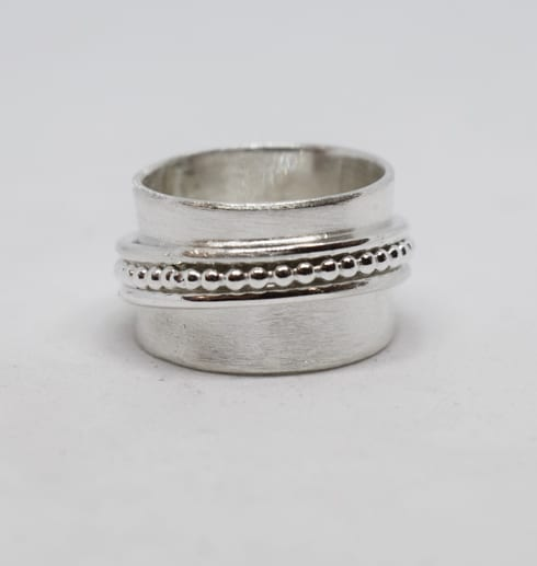 bred silverring mot vit bakgrund