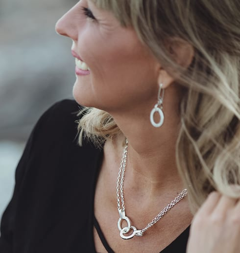 kvinna md halsband runt halsen utomhus