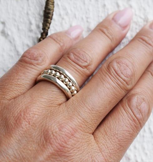 hand med tre ringar på finger