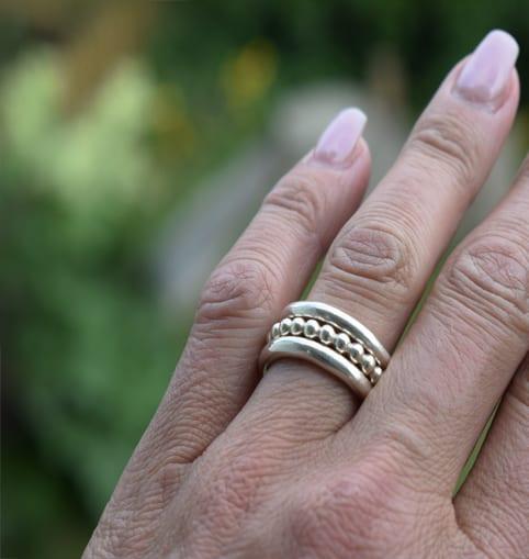 finger med tre ringar utomhus