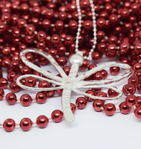 trollslända i silver på röda kulor