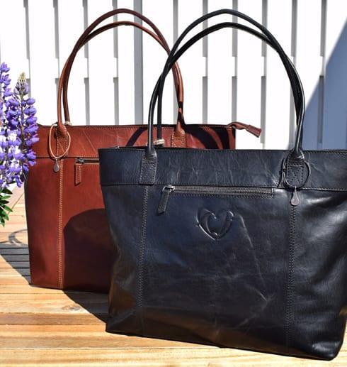 två väskor en svart och en brun utomhus på ord