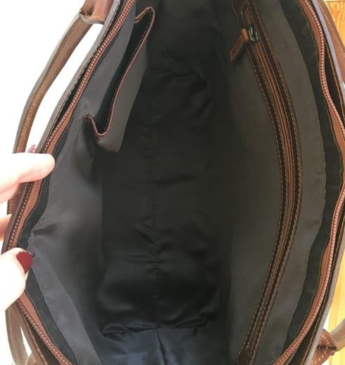 öppen väska för att se hur den ser ut inuti