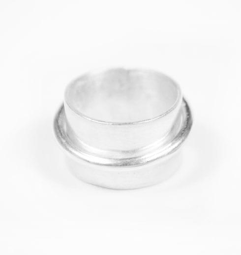 bred silverring på vit botten