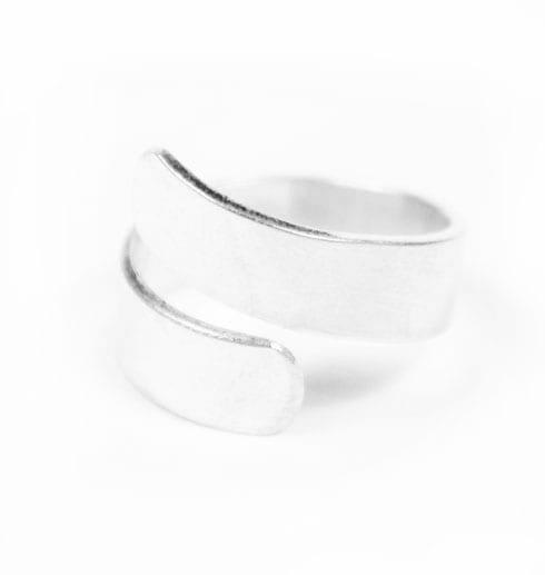 silverring med vit bakgrund
