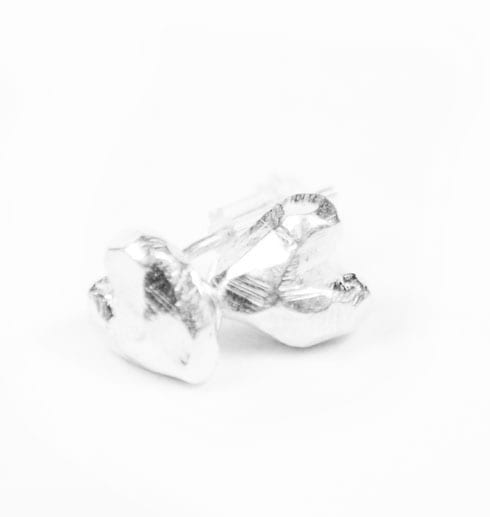 örhängen i form av små hjärtan i silver på vit bakgrund