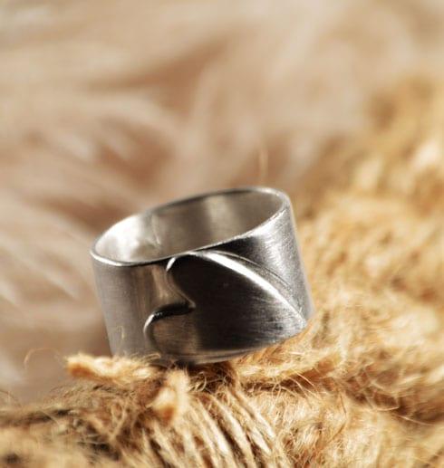 silverring med liggande hjärta på ett rep