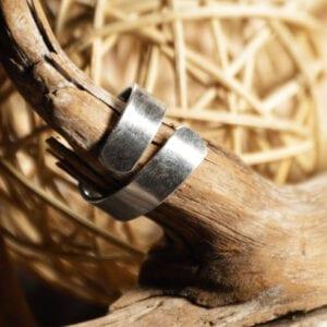 silverring på trägren med trådboll bakom