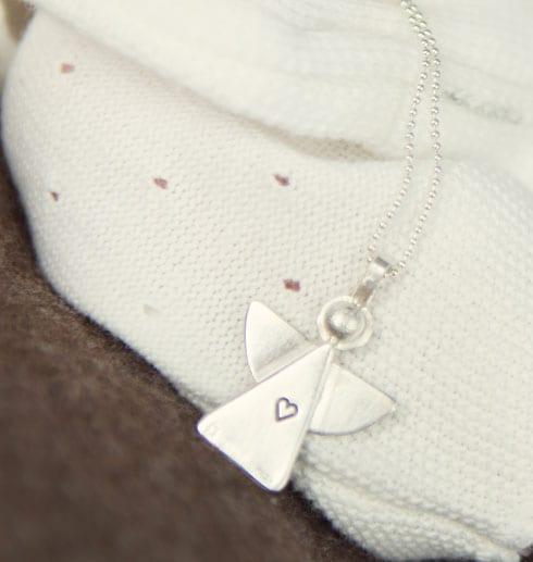 silverängel på vit tröja