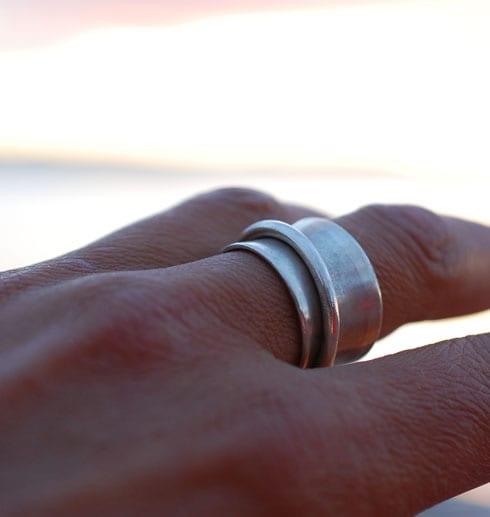 bred silverring på finger
