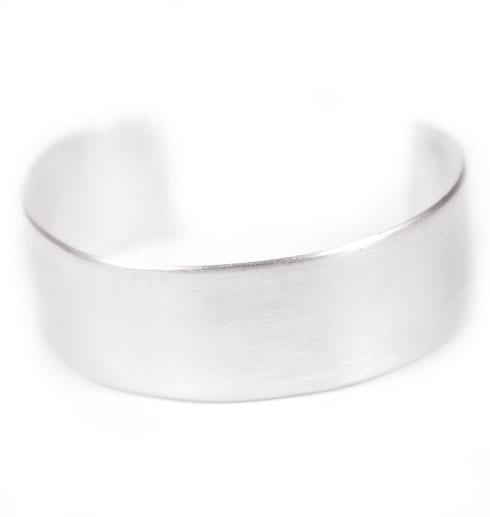 brett armaband i silver med vit bakgrund