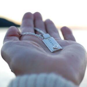 hand med silversmycke ANDAS utomhus