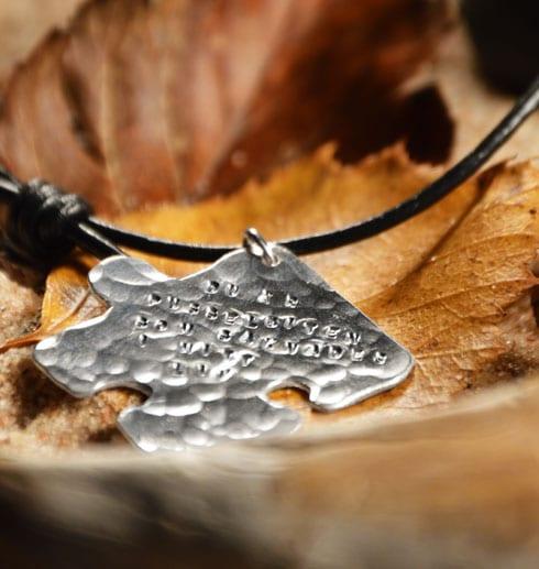 pusselbit i silver på löv
