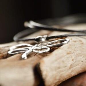 silvertrollslända på trädgren