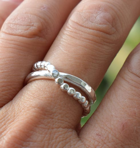 silverring på ett finger utomhus