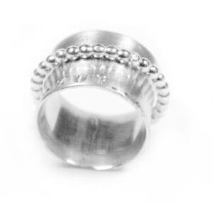 bred silverring med vit botten