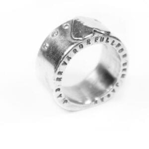 silverring med text, stenar och hjärta vpå vit botten