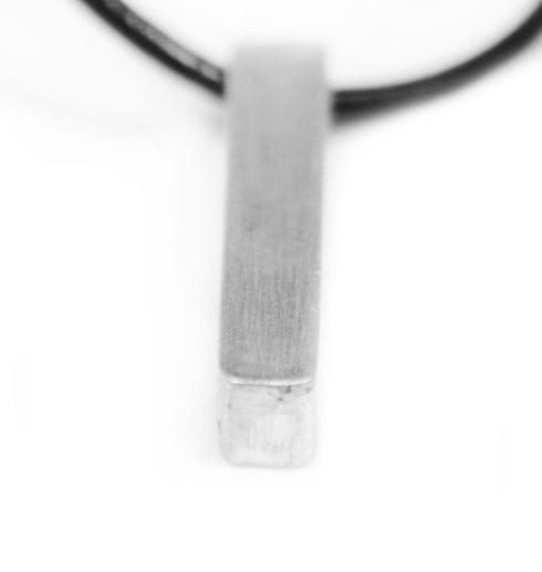 silverstav i läderrem på vitbakgrund