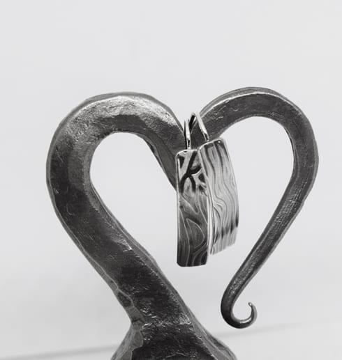 silverörhängen med mönster hängande på järnhjärta