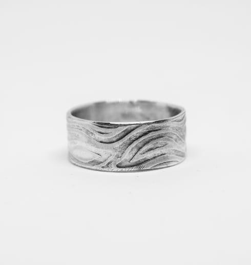 mönstard silverring på vit bakgrund