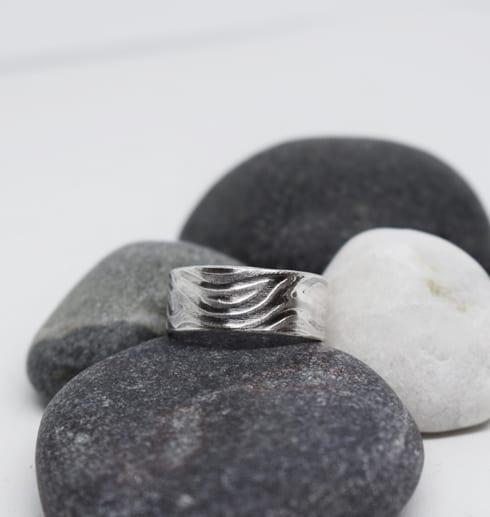 mönstrad silverring på stenar