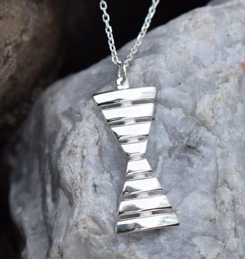ensmärke i silver på vit sten