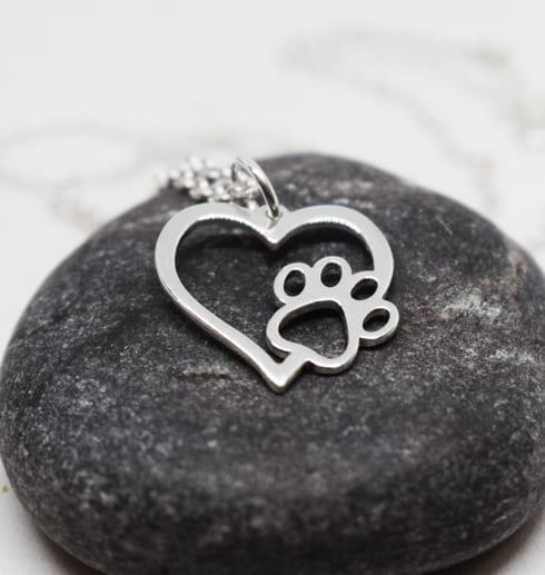 silverhjärta med tass på mörkgrå sten