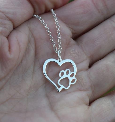 Hjärta med tass i silver i handflata