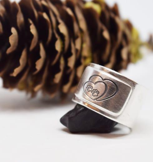 Bred ring med vit bakgrund mot en kotte