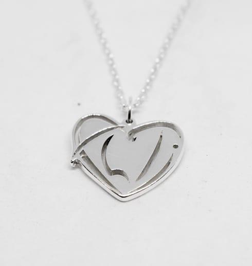 silversmycke i form av ett hjärta på vit bakgrund