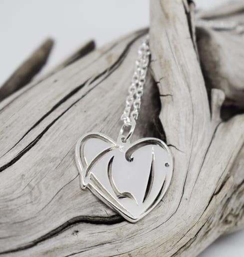 silverhjärta på träbit