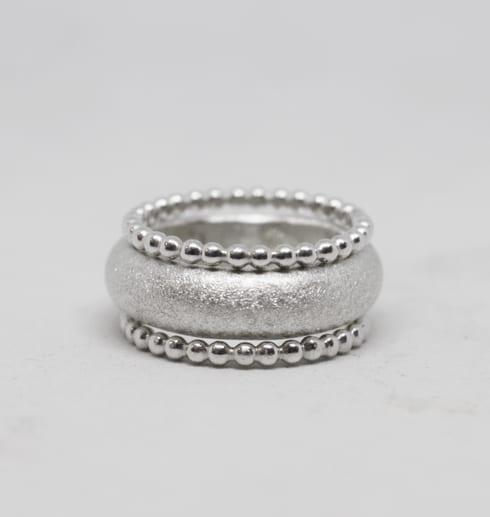 tre ringar helt i silver på vit bakgrund