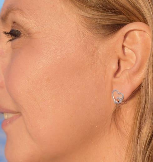 hjärtörhänge med tass på kvinna utomhus i solen