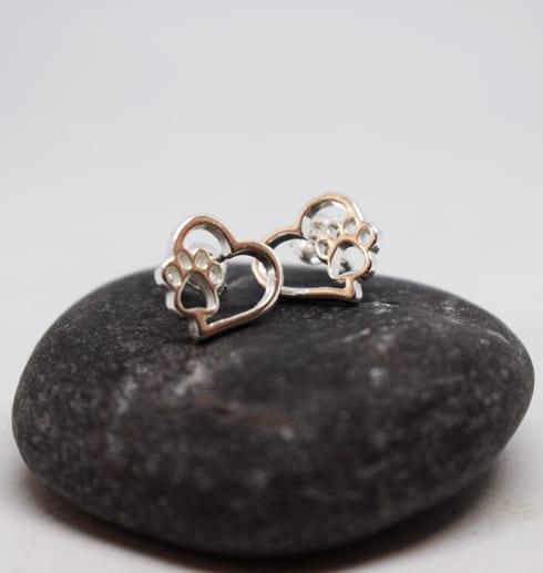 silverörhängen i form av hjärtan med tass på mörkgrå sten