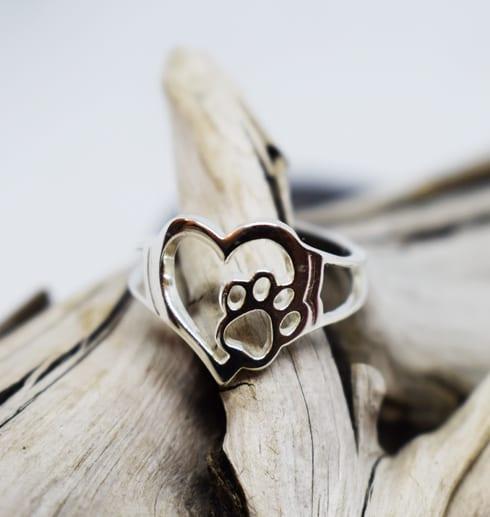 silverring i form av ett hjärta med tass på trädgren