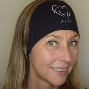 kvinna med pannband på sig med ALTIs logga
