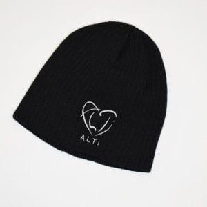 svart ribbstickad mössa med ALTIs logga i from av ett hjärta på vit bakgrund