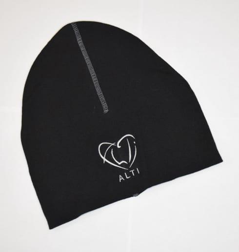 svart slät mössa med logga på vit bakgrund