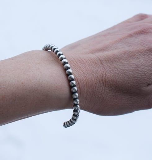 armband i kultråd med svartoxidering på arm utomhus