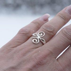 silverring på finger utomhus