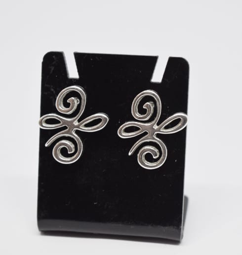 silverörhängen på svart hållare