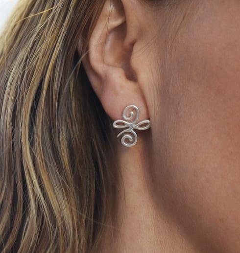 silverörhängen på öra på en kvinna
