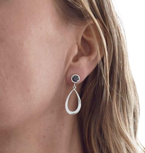 droppformade silverörhängen på kvinnas öra