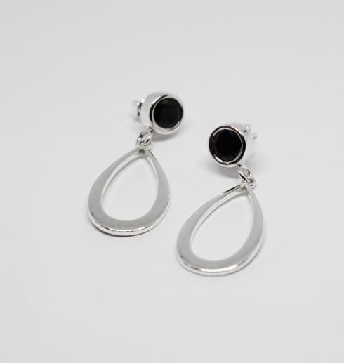 droppformade silverörhängen med svart sten på vit bakgrund