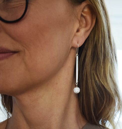 silverörhängen med swarowskikristaller på kvinna