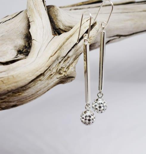 silverörhängen med swarowskikristaller på trädgren
