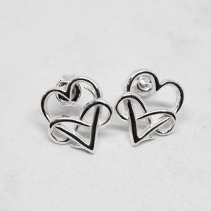 silverörhängen i form av hjärtan med evighetssymbol på vit bakgrund