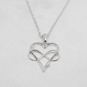 Silverhalsband i form av ett hjärta med en evighetssymbol mot vit bakgrund