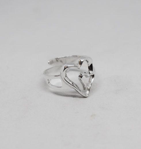 silverring med dubbelhjärta på vit bakgrund